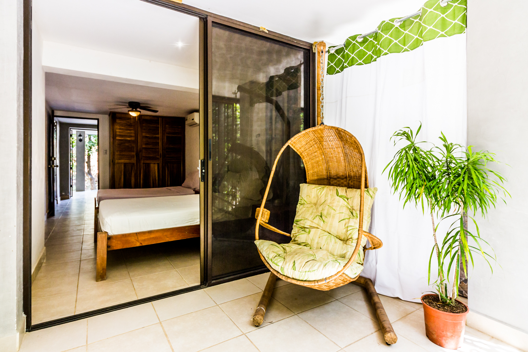 2 Bedroom Downstairs Apartment Large Outdoor Lounge Area Fully Equipped Kitchen Air Conditioning Close to Amenities Sleeps 6 Wifi  CLICK FOR MORE DETAILS