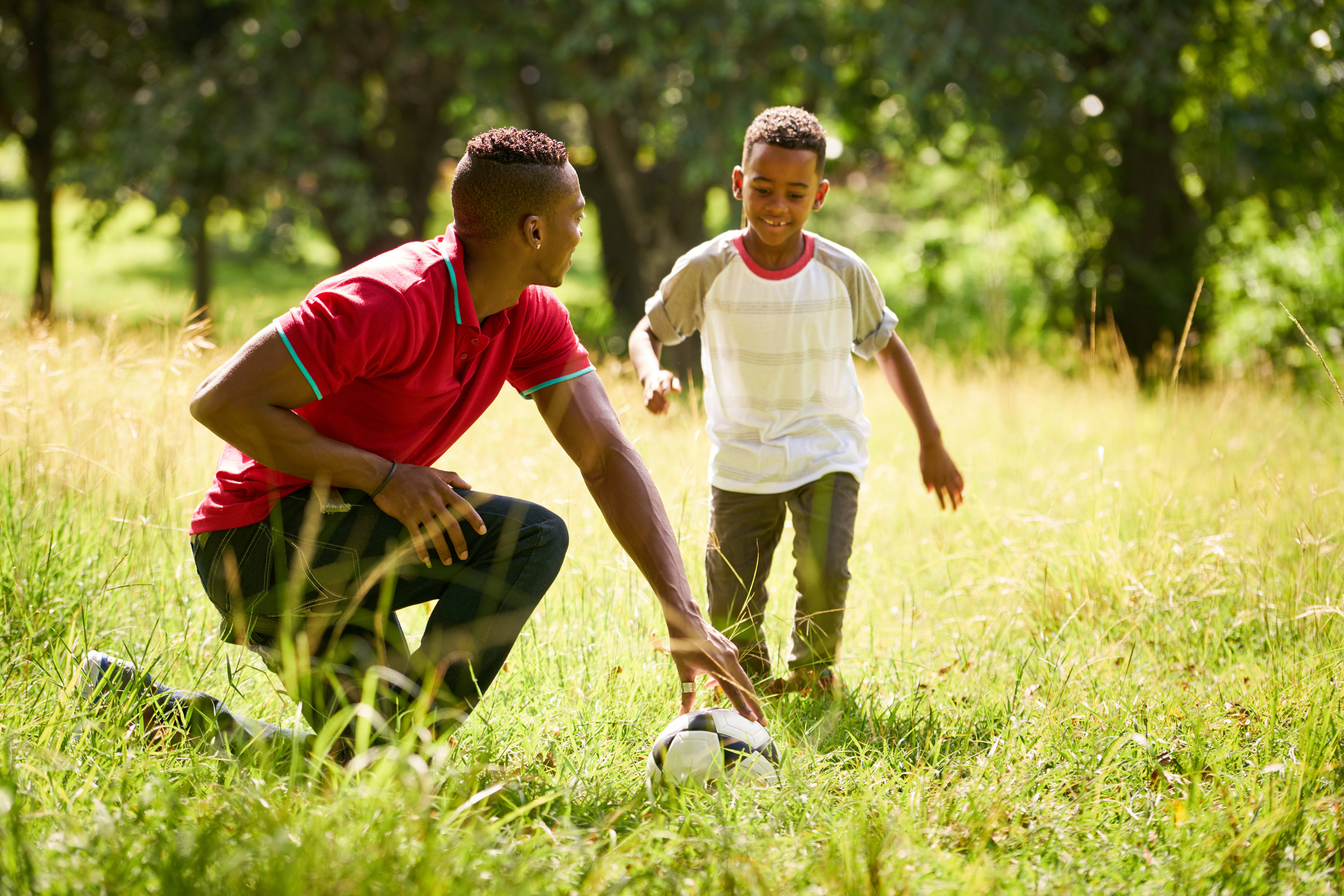 sport-practice-with-father-teaching-son-how-to-P6B4PCA.jpg