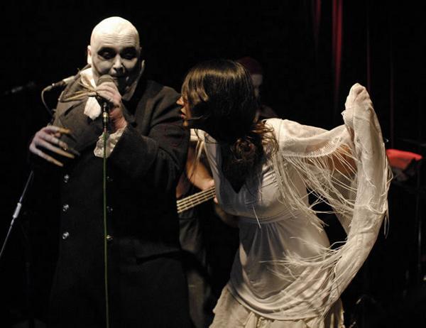 Nosferatu I in Aktion mit Areeeq, die Frau aus dem Oman