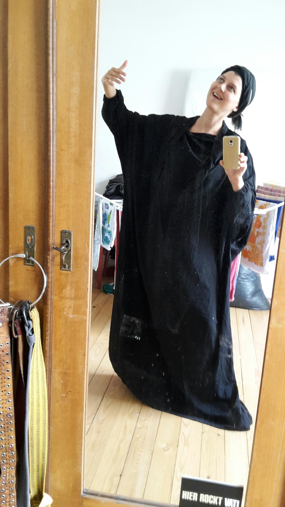 Angie, Sopranistin im KaiserChor, beglückt einen Burka-Store mit Ihrer Anwesenheit