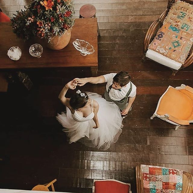 """💚 Eternize o casamento de seus sonhos na Estalagem, junto às forças belas da natureza, o sol, o vento, o canto dos pássaros, as árvores floridas, com uma grande festa no nosso jardim afrodisíaco, pertinho das Praias de Camburi e Camburizinho. A Estalagem está prontinha para receber a sua festa de casamento com seus queridos amigos e familiares, em um pedacinho do paraíso. ... Reposting @marimbertogna:⠀ ...⠀ """"#wedding #marriage #photography #bride"""" #estalagemcamburi #casamento #casarnapraia #mataatlantica #guesthouse #airbnb #bnb #holidayrentals #gettogether #cambury #camburi #camburizinho #👰 #💍"""