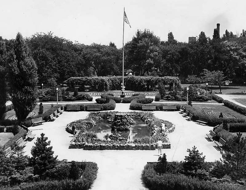 Independence Park Garden, designed by architect Clarence Hatzfeld, ca. 1940, Chicago Park District Records: Photographs, Special Collections, Chicago Public Library.