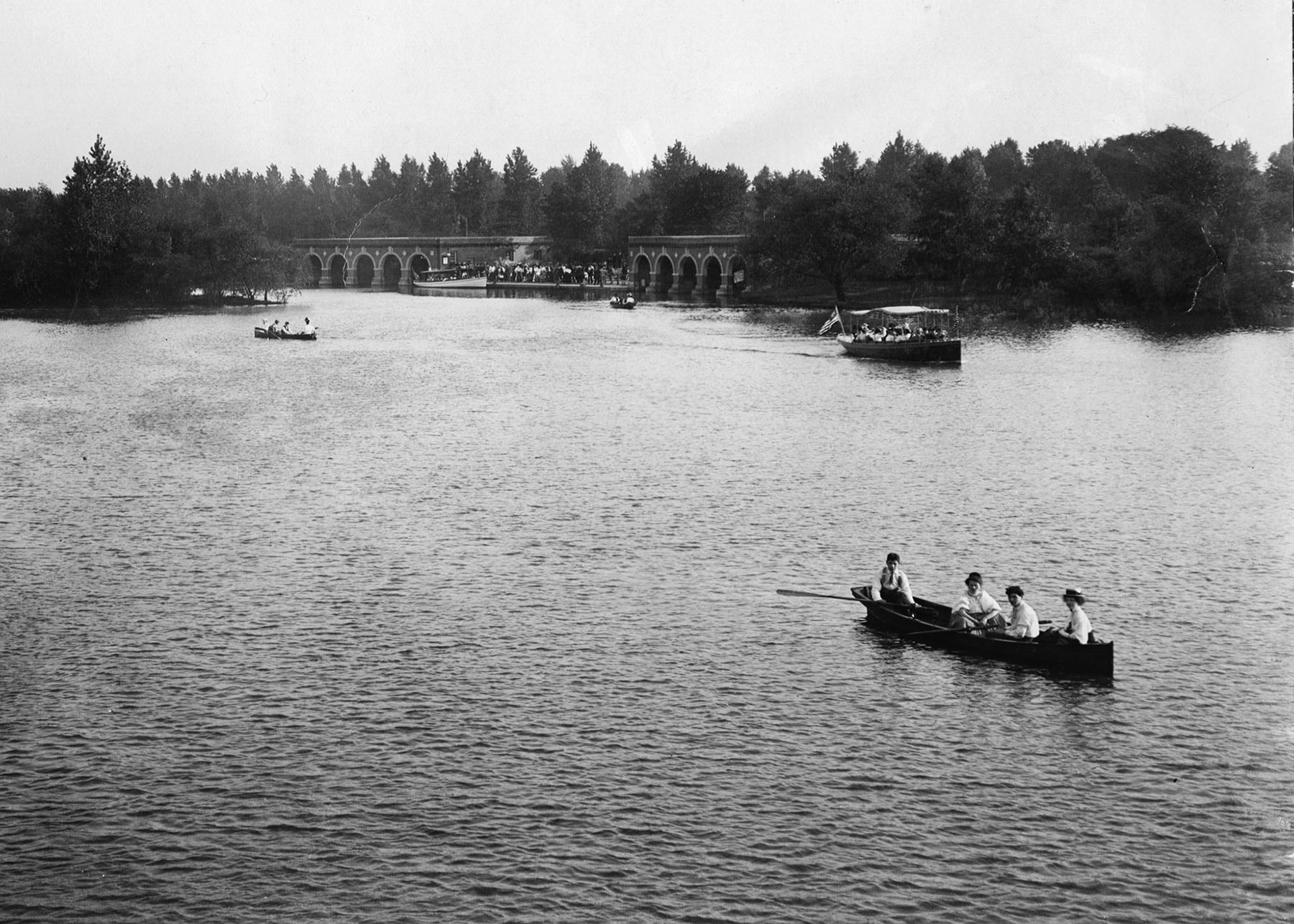 View of Jackson Park's West Lagoon with the arched electric launch boathouse in the background, ca. 1910. Courtesy of Chicago History Museum, LSW-i29467