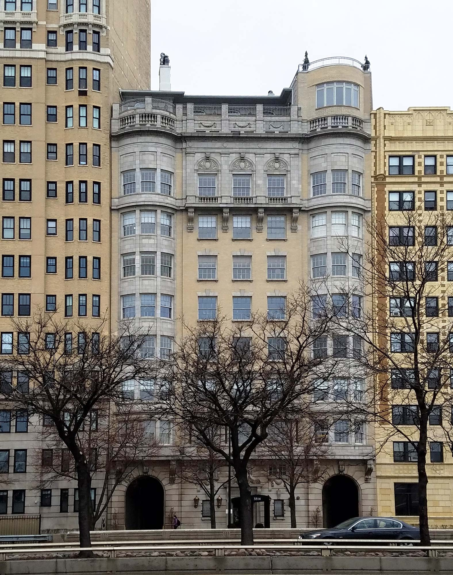 L.G. Hallberg, Jr., produced this luxury apartment building at 3314 N. Lake Shore for businessman Charles B. Smith. Photo by Julia Bachrach.