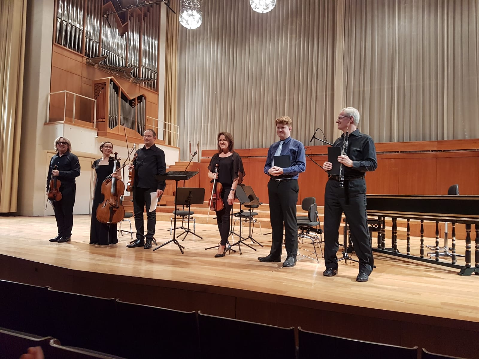 On stage with the IDRS performers - from L to R: Peter Biely (Vln I), Kathleen Balfe (Vc.) Andreas Theinert (Vln II), Hanna Nisonen, Vla, Michael Small, and Jonathan Small, Ob.