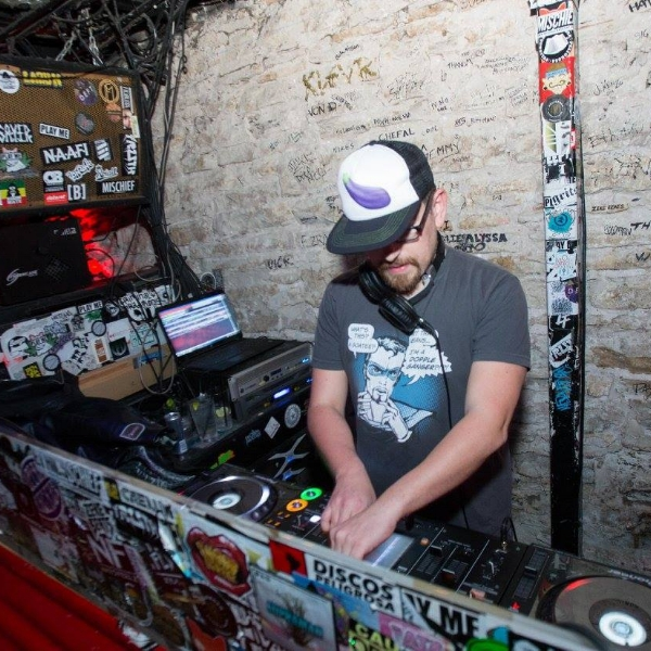 Nymble DigitzAUSTIN TEXAS DJ - Episode 361/15/18Nymble Digitz comes to the show and tells us about his first show in Qatar in the Persian Gulf, and literally risking getting his head cut off by parting hard and throwing a party where he DJ'd for the first time. A huge party he played at Kingdom in Austin TX, with an incredible sound rig and a better crowd. As well as a terrible party he had to play where equipment crashed constantly and a VIP ticket only got them all one free drink.For more about DJ NYMBLE DIGITZ:https://www.facebook.com/nymble.digitz/