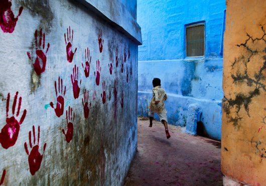 "Steve McCurry's ""Boy in mid-flight, Jodhpur"""