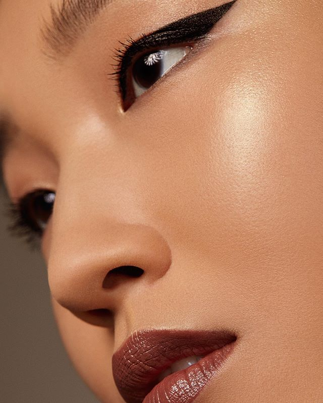 Mid-week makeup inspiration: Golden highlight, graphic eye, and glossy lips 💋. Click the link in our bio for the product breakdown. #surratt #surrattbeauty #makeup #motd #highlight #glow #graphiceye #glossylips