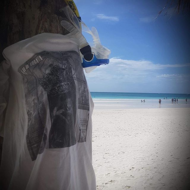 Grådassigt ute? Dark and gloomy weather? Don't despair! Humble Moon is EVERYWHERE! Here's a fantastic pic from our Filipino fan @kkinel with his Humble Moon👕! 🌏☀️🏝🏊🏻♂️#humblemoonmusic #humblmoon #filippinerna #filipino #philippins #diving #snorkeling #vacation #boracay #rock #band #rocknroll