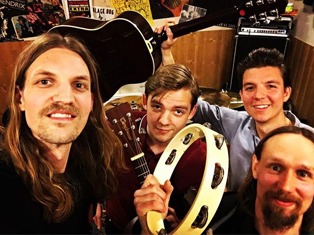 "MEGA COOL NEWS ALERT! We'll be playing on air on Rocket FM 93.5 on Tuesday at""18:00""! Svinkul, vi ska lira på radio igen! In och lyssna medej! 🌚🌝📻🧨 #humblemoonmusic #humblemoon #radio #live #rock #rocknroll #stockholm #band #acoustic #guitar"