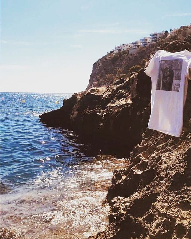 Humle Moon är alltid med, även på semestern! Get in and give us a spin on your vacation🌞👕☀️💦⚡️ 📸 from our biggest Spanish fan @kkinell #humblemoon #humblemoonmusic #music #rock #rocknroll #illetas #mallorca #spain #vacation