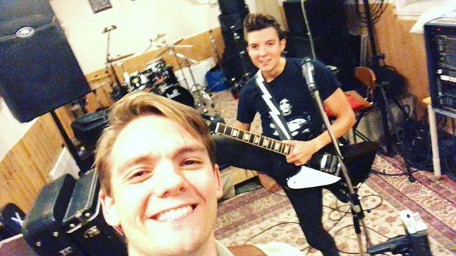Laddar som in i helvete inför Sundsvall med lite skrev och leenden. @pipelinesundsvall Here we come! #humblemoonmusic #humblemoon #pipeline #sundsvall #rock #rocknroll #livemusic #glamrock #gibson #gibsonfirebird #band #lundgrenpickups