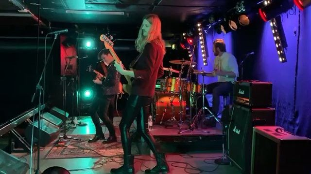 Tack för senast Sundsvall och @pipelinesunsvall! Vi hade skitskoj🌝🌚⚡️🚀 Hoppas vi ses snart igen! #humblemoonmusic #humblemoon #pipelinesundsvall #rock #band #rocknroll #glamrock #sundsvall #gibson #fender #liveband