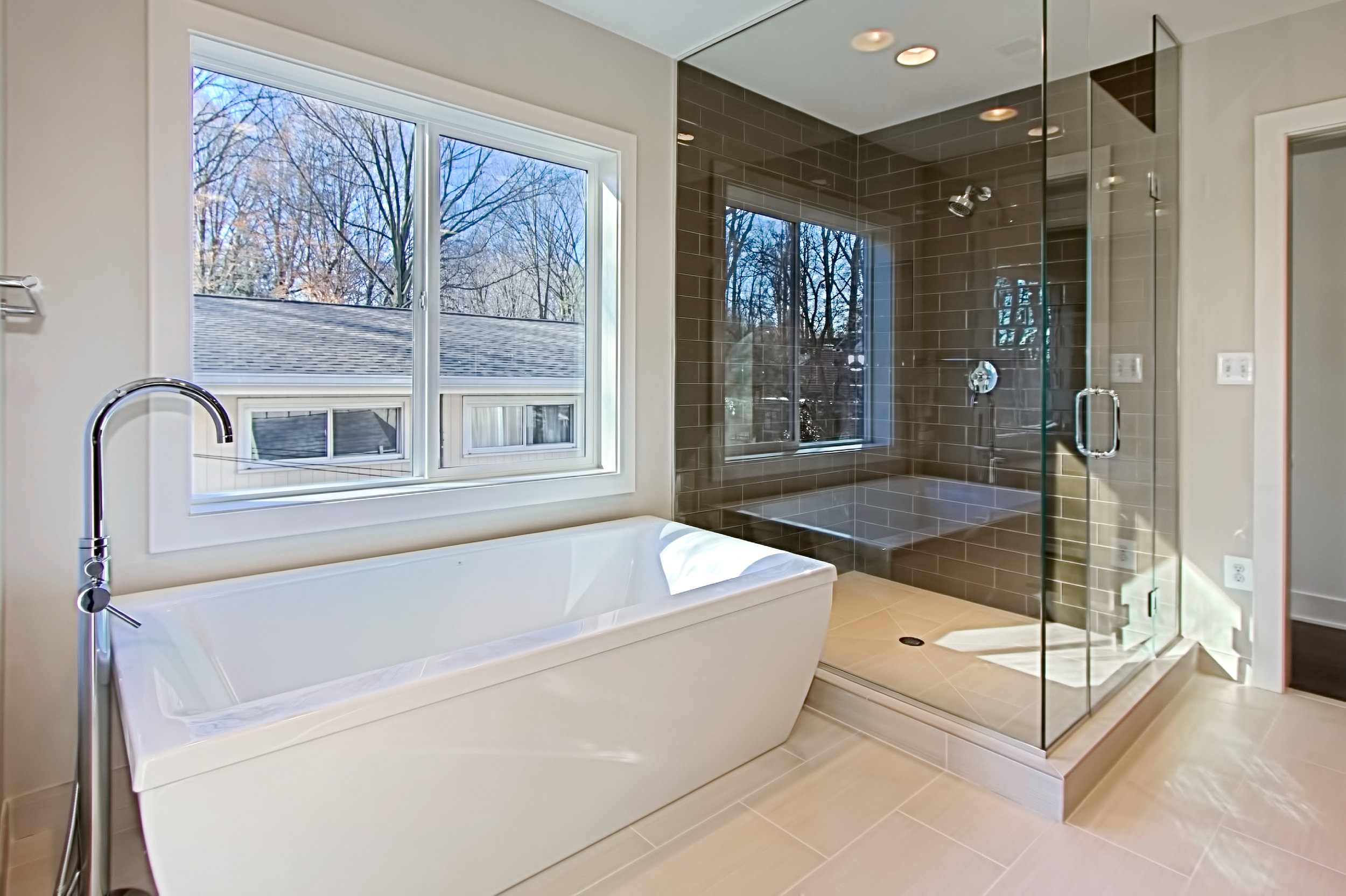 8311 Whitman Drive - Master Tub.jpg
