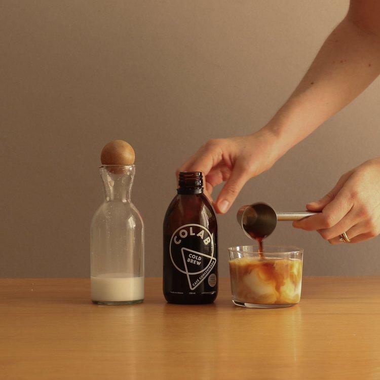 cold brew latte frío, hecho con colab cold brew concentrado y leche de coco
