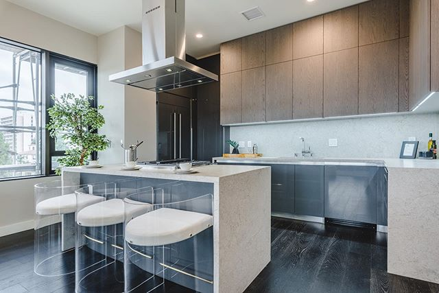 Everyone knows that a great kitchen makes a house a home. Bringing a homey feel to the Pasadena area, 388 Cordova's kitchen designs include top-of-the-line features like Caesarstone counter tops, Italian designed cabinetry, KitchenAid hoods for island cooktops, and Grohe fixtures. For more info, visit the link in our bio!