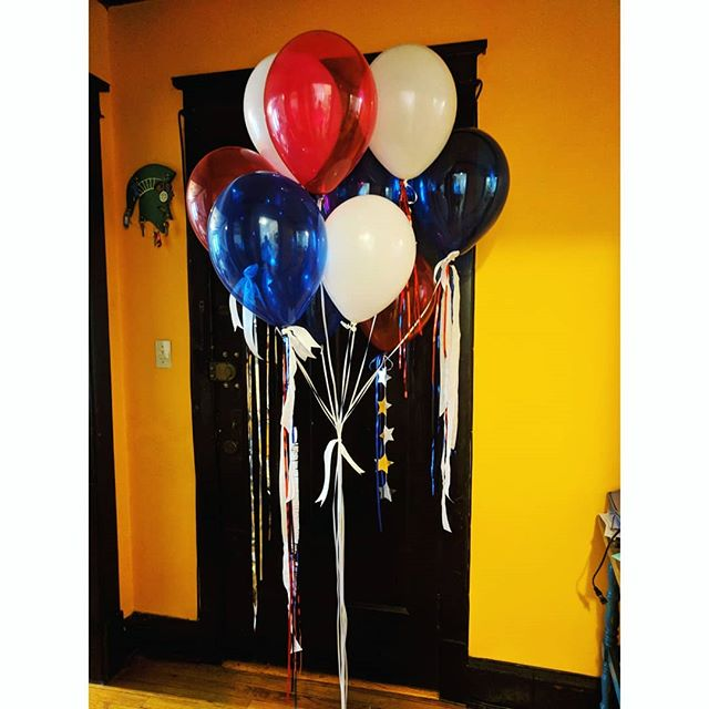 The sweetest client ordered this helium balloon bouquet with extra fancy tails to surprise her boyfriend on his birthday! In Cubs colors, of course ⚾  What's better than a birthday balloon surprise? 🎈🎈🎈