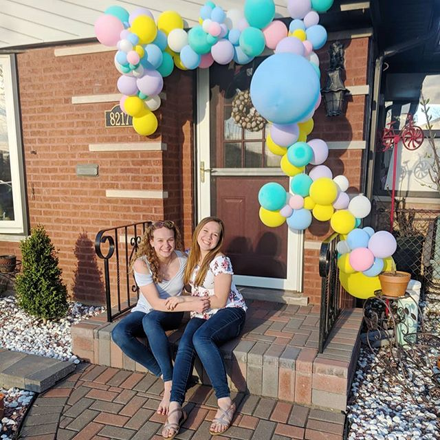 The perfect way to show all your guests how fun the party is about to be before they even get out of the car! It's decor and a photo backdrop in one 😎 Contact us to get custom balloon garlands like this for any occasion 🎈👯