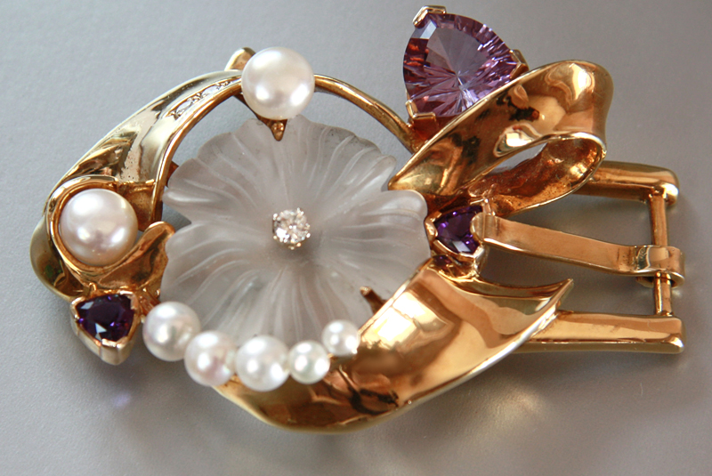 Fleuris - 18k yellow gold buckle set with amethyst, carved quartz, pearls and diamonds