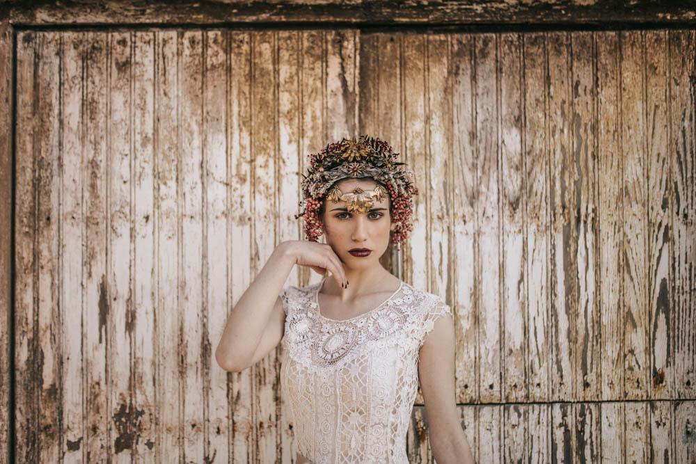 novia con tocado delante de puerta, yemayá