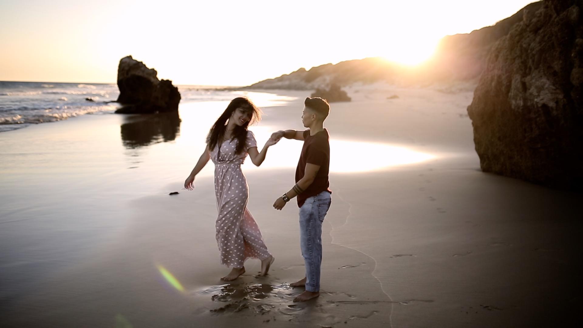 pareja jugando en la playa, fénix visual, tarifa