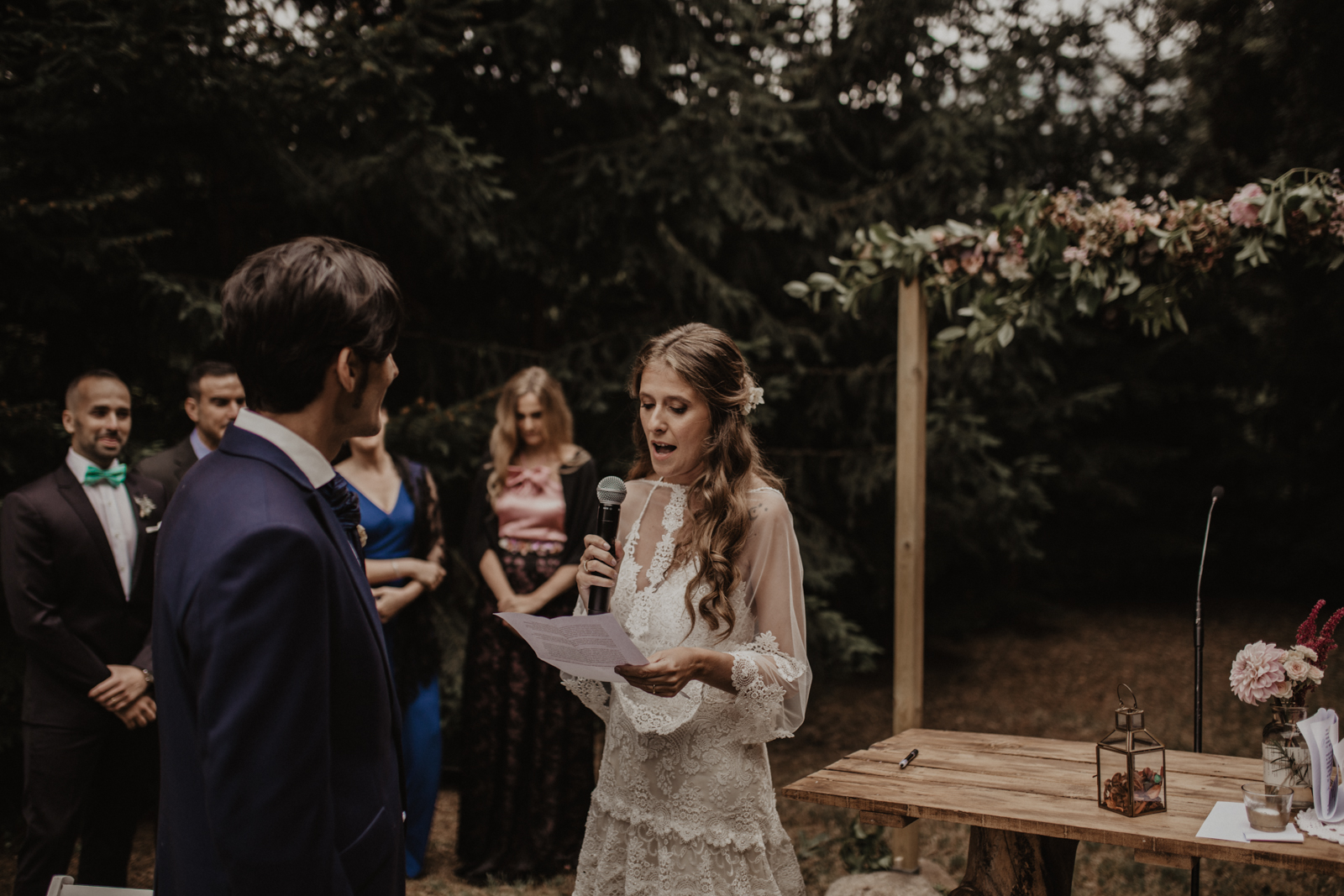 fénix visual, novios, lectura novia, boda en girona, boda en la montaña, boda en barcelona, elopment, fénix visual,