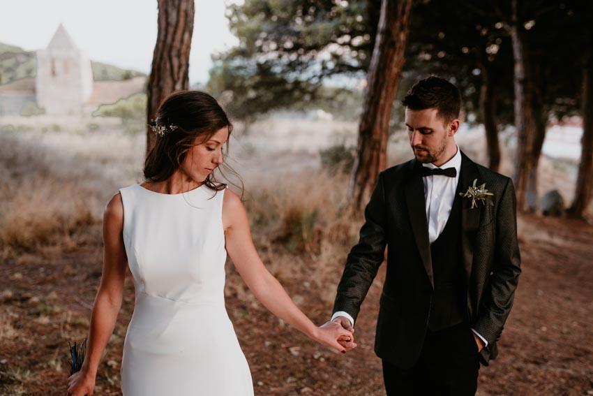 pareja andando por el bosque, love, videografo de boda, fénix visual, tiana,