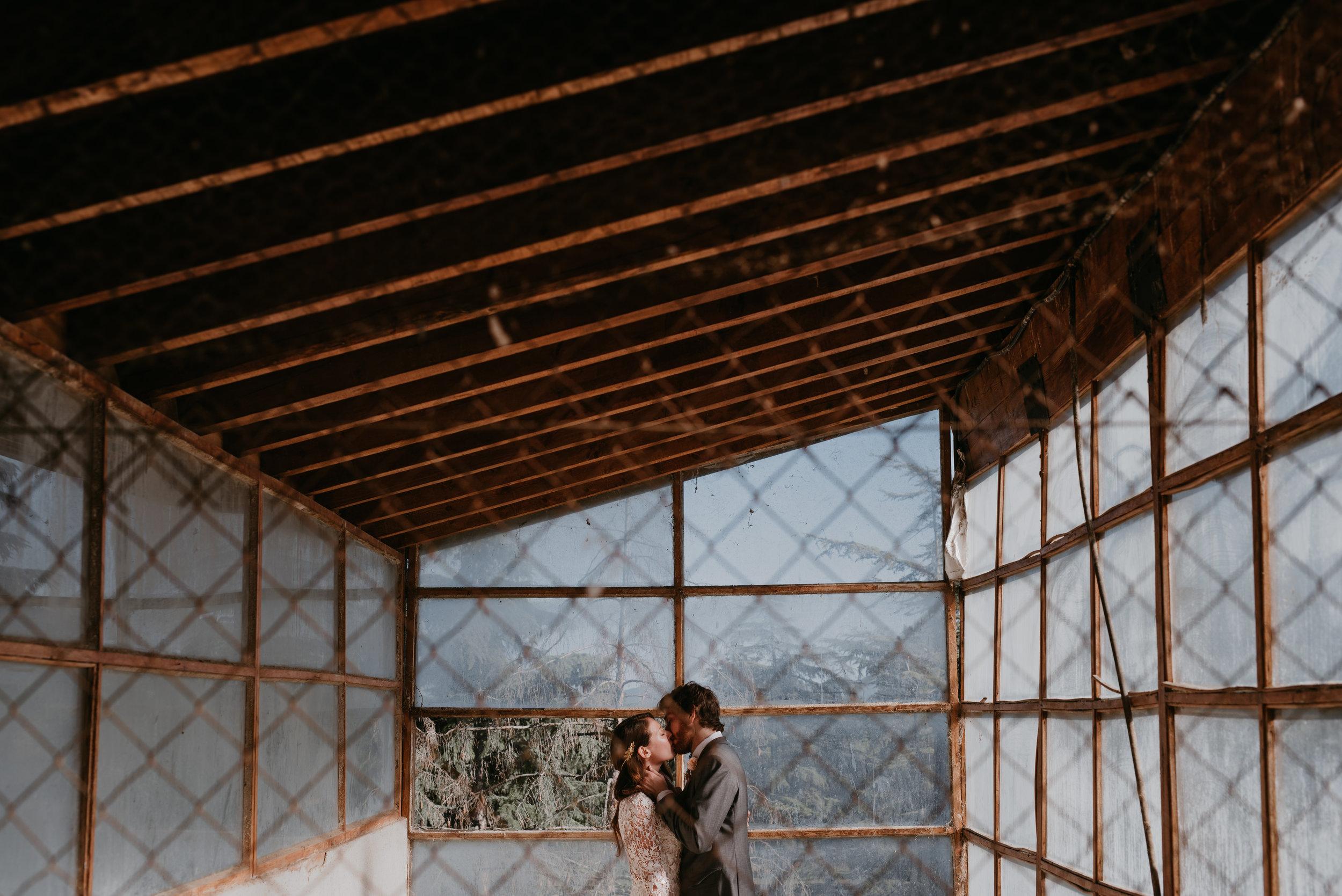 pareja besándose, fénix visual, boda en tarragona,
