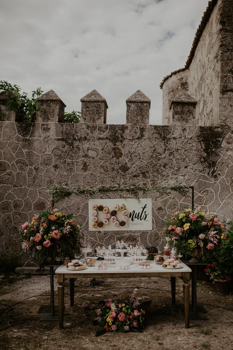 mesa de donuts en boda, castillo de piedrabuena, las catalinas, fenix visual, boda en badajoz