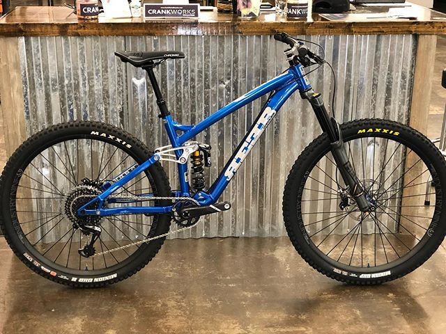 Another killer @reebcycles Sqweeb headed out into the wild. This one decked out in @canecreekusa @industry_nine @maxxistires @srammtb goodies. #crankworksbicycles #reebme #reebcycles #oskarblueswnc #sram #industrynine #canecreekhelm #newbikeday