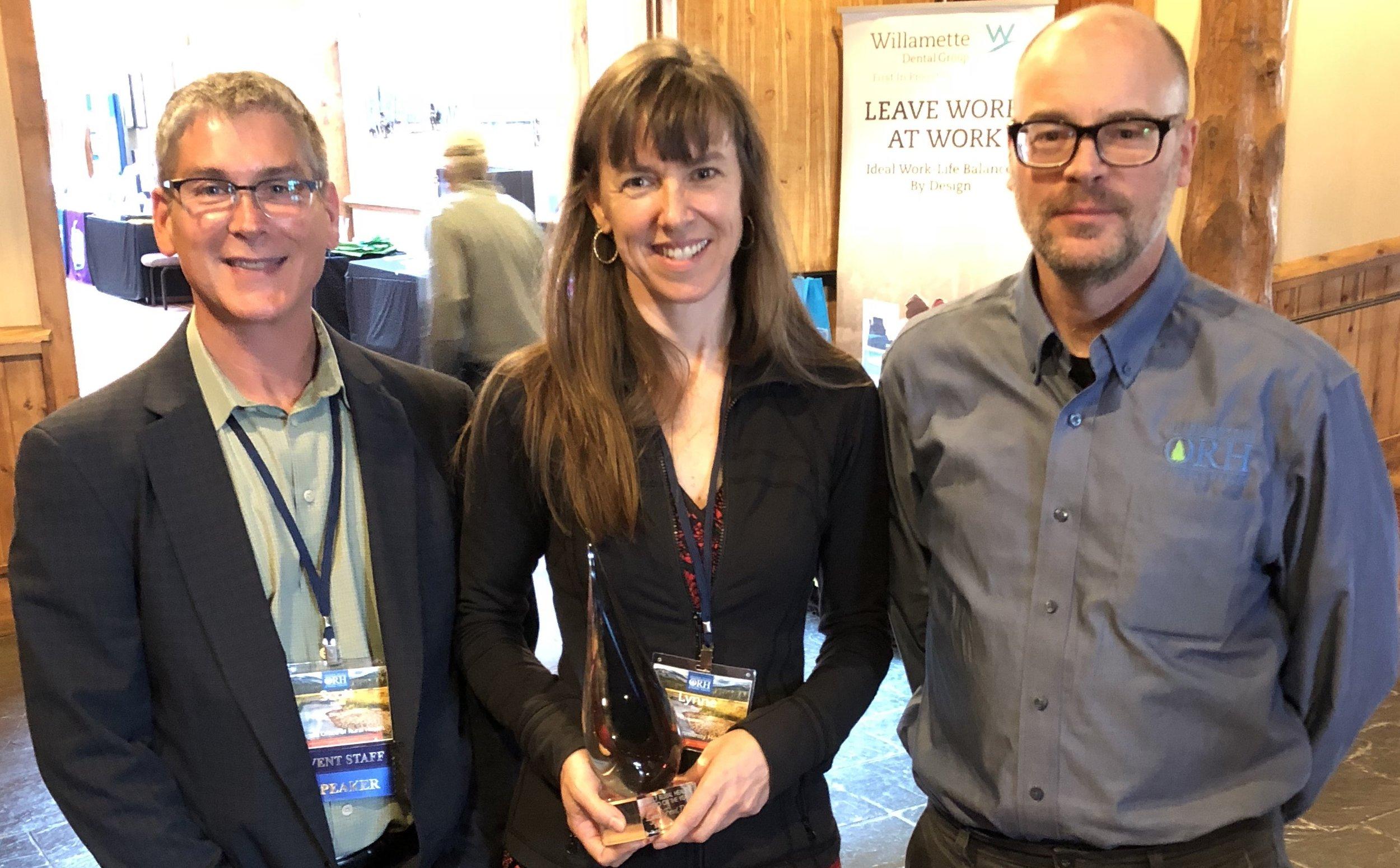 """Justo después de recibir su premio, Lynne Frost, """"Héroe de Salud Rural de Oregon 2017"""", posa con Scott Ekblad, director de la Oficina de Salud Rural de Oregón y Robert Duehmig, subdirector de la Oficina de Salud Rural de Oregón."""