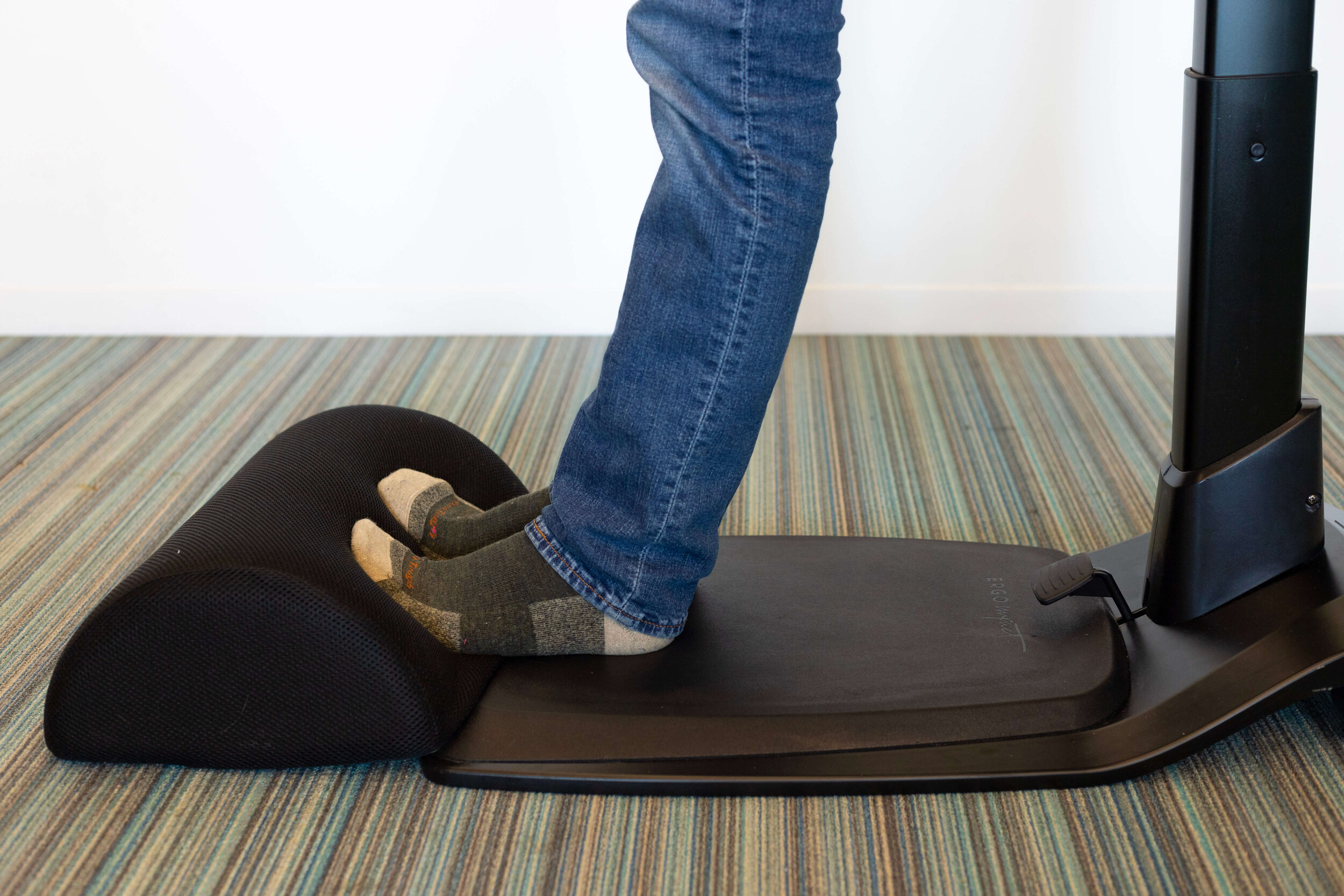 The foot cushion gives the calves a comfortable stretch while the LeanRite™ gives users fine-grain control over the distribution of weight between their feet and their glutes, helping to reduce low back pain and fatigue