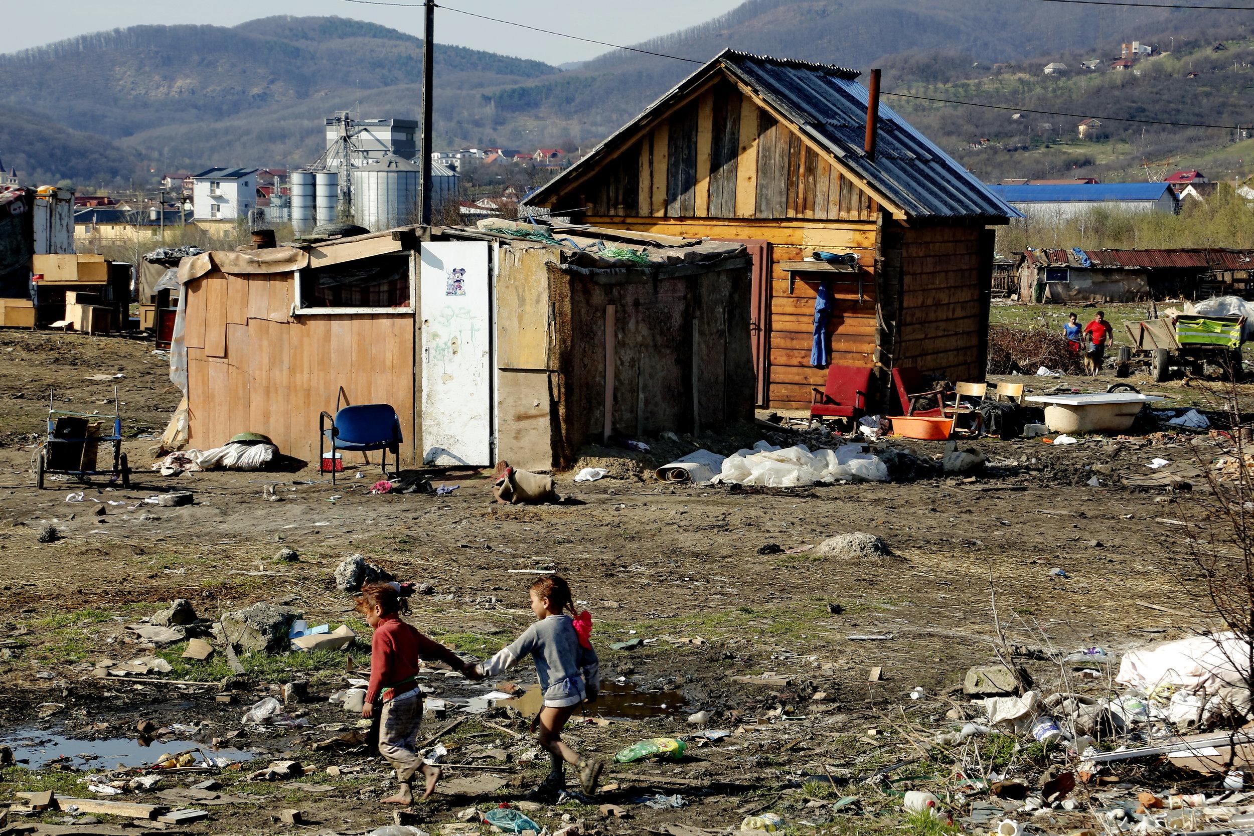 Doi dintre sutele de mii de copii care supraviețuiesc în sărăcie absolută în țara noastră