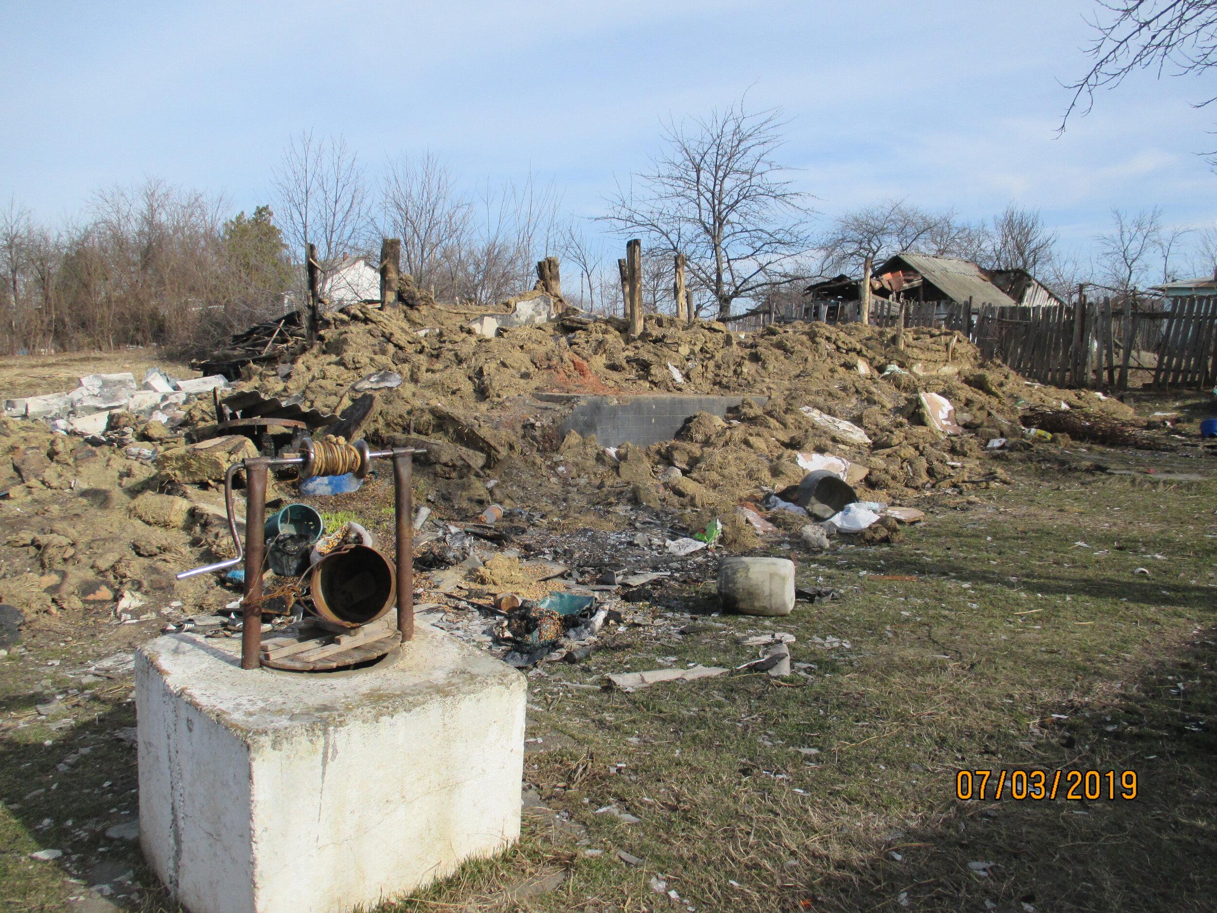 ruinele casei parintesti dupa incendiu.JPG