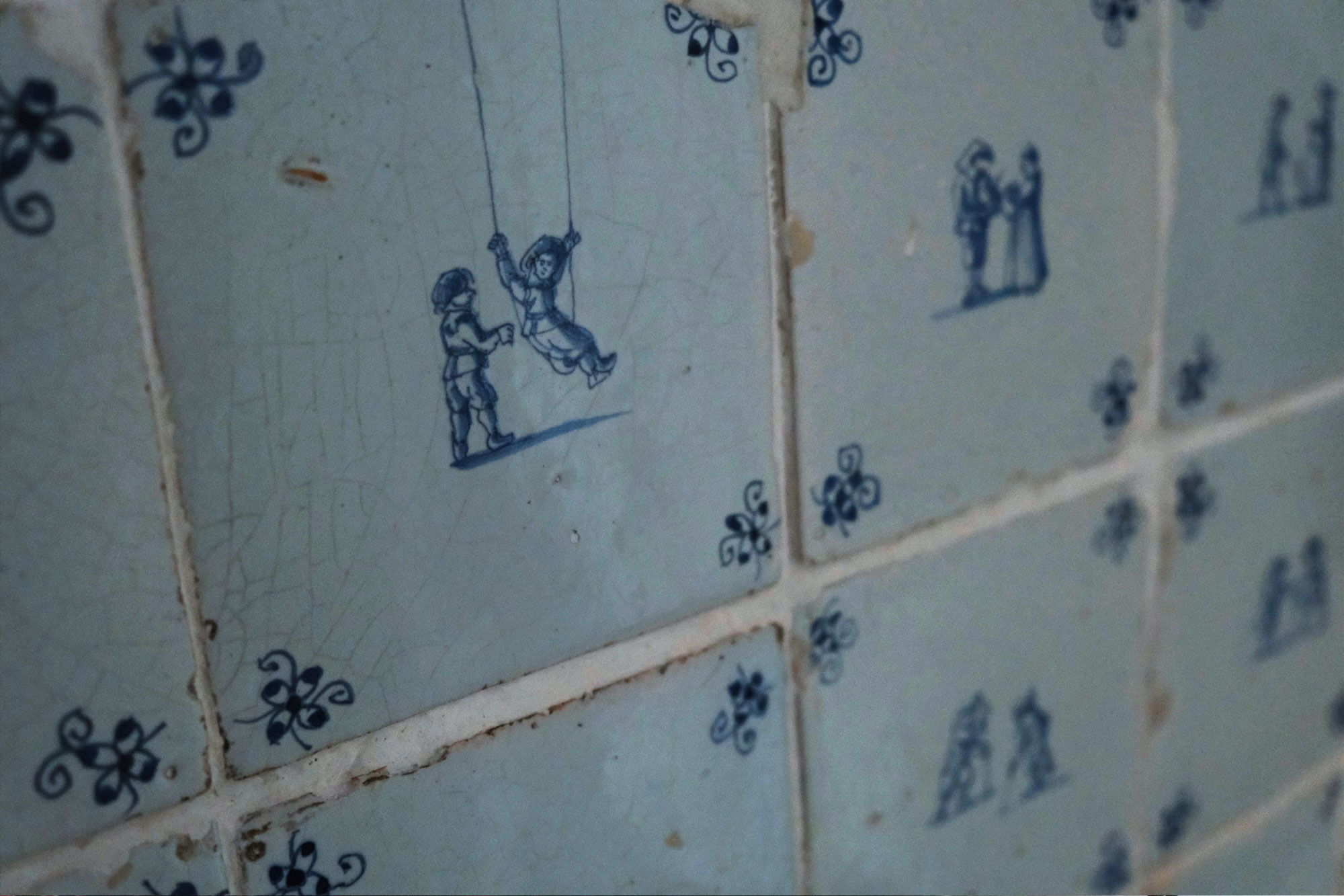 Antique Tiles - At Kramer Antique you can find a great collection of antiques. With their 70 year history of selling antiques and their long-term experience, they have established their name within the Spiegelkwartier art district of Amsterdam.This bathroom wall is decorated with white glazed tiles from the seventeenth and eighteenth century. The tiles with a figure date from the years 1660 to 1680 and were made for Amsterdam canal houses. Usually they were seen inside kitchens, fire places and lavatories. Not a single white tile has the same coloration, creating a lively appearance on the wall.