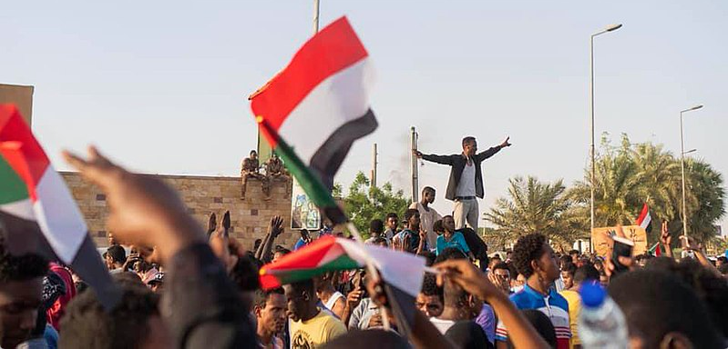 Protestors near an army HQ in Khartoum. Source: Wikimedia Commons