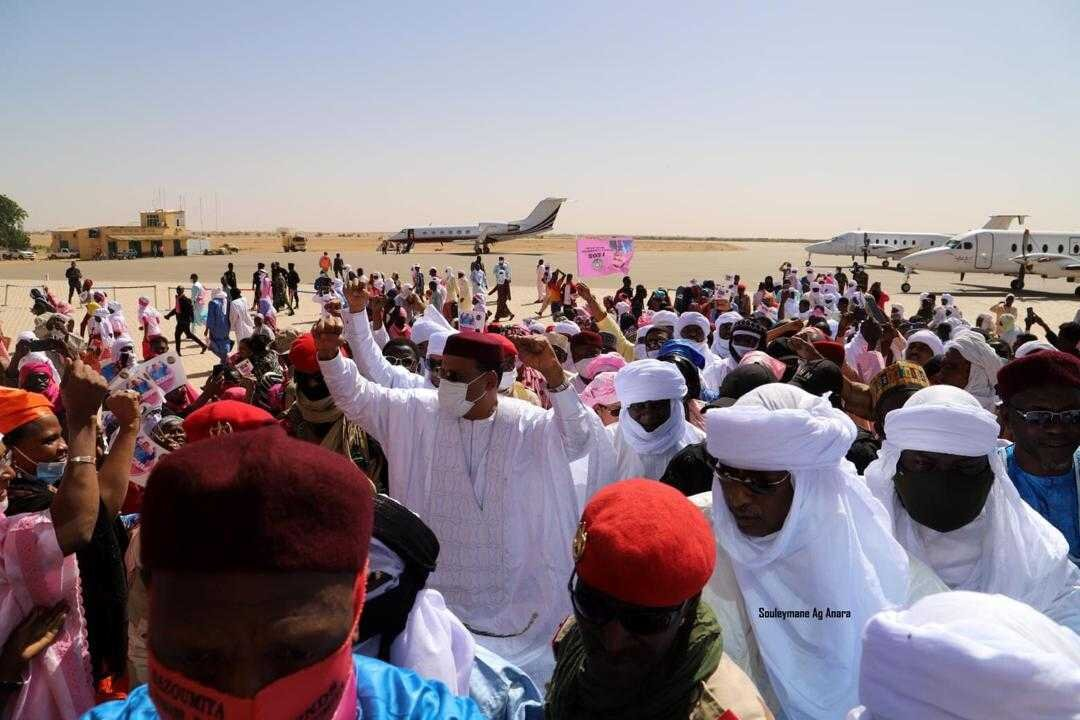 Photo: supporters greet leading presidential candidate Mohamed Bazoum at a rally in Agadez, Source: Souleymane Ag Anara