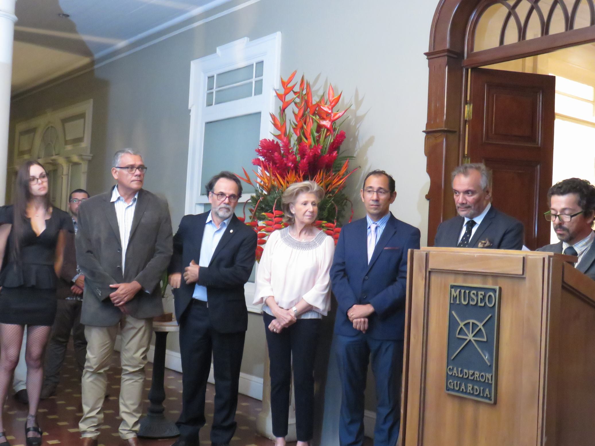 Opening comments by Mario Blanco, Lankester Botanical Garden Director. Looking on from left: Tatiana Muñoz Brenes, Exhibition Manager, Daniel Briceño, Head of University of Costa Rica Biology School, three steering committee members, Prof. Eric Hidalgo, Head of Fine Arts School, Sylvia Strigari, botanical artist, and Jorge Warner, Lancaster Botanical Garden Head of Horticulture, and Luis Nuñez, Museo Calderon Guardia Director.