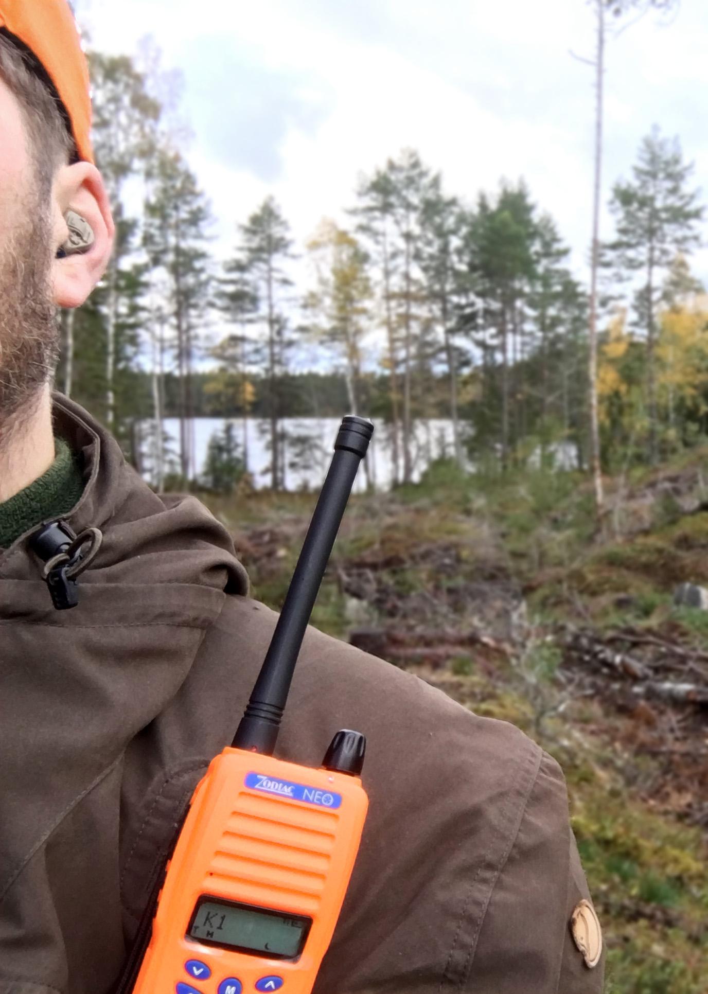För bästa mottagning: placera radion högt på kroppen så antennen är fri över din axel.