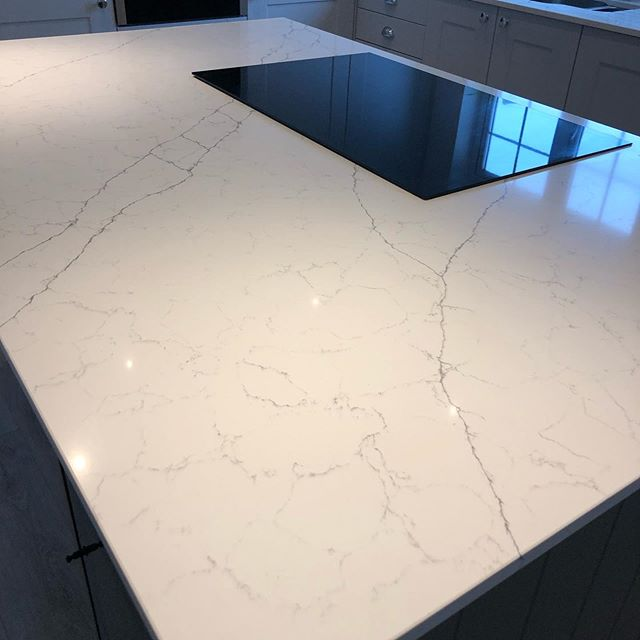 Another beautiful kitchen transformation. Our client went for one of our Alaska Bianca Quartz. It has this beautiful thin vein details all over, perfect for two-tone grey kitchens 👌🏻 #quartz #modernkitchen #kitchenworktops #countertops #marble
