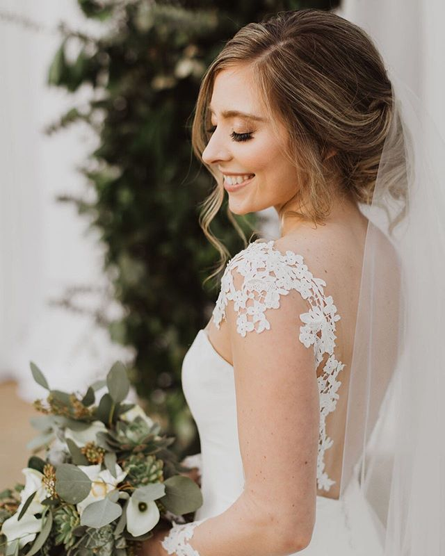 Wedding glow ✨ Photo | @m0llypeach Hair & Makeup | @maryfieldsbeauty Florals | @cottonwoodfloral  Venue | @sycamorefarmsevents