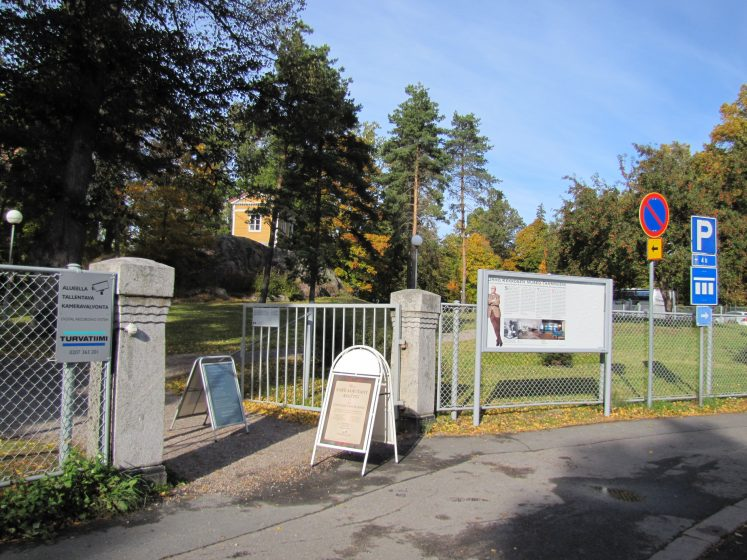 The entrance to the Meilahti Park (Helsinki, Finland) is besieged by sandwich boards and disparate signage vying for the attention of visitors and impacting the simple aesthetic of the park entrance. The small wooden pavilion was designed by amateur architect Fabian Steinheil, a previous Governor of Finland (1810–1824). Photo: Eeva Ruoff