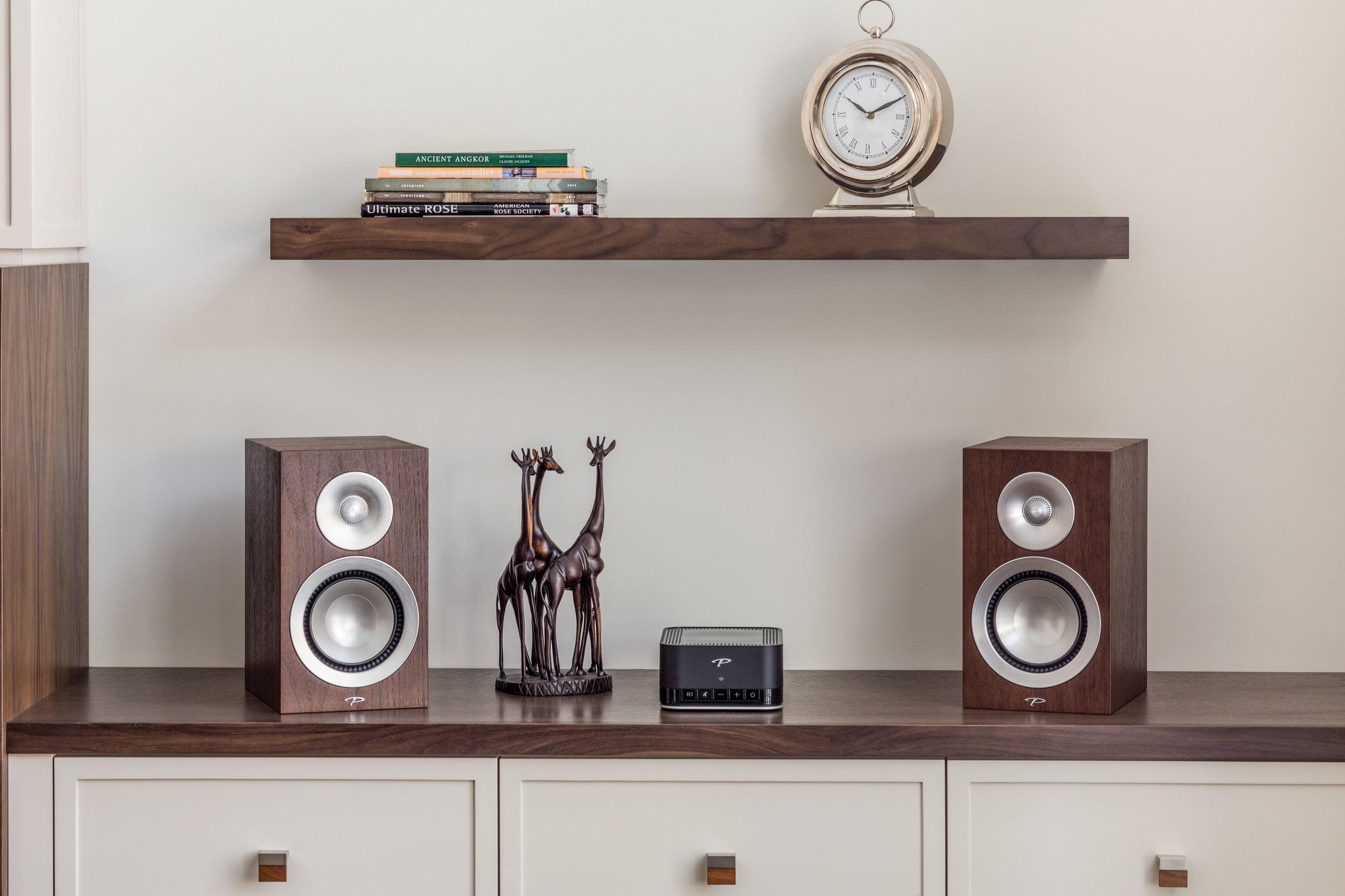 PARADIGM PW AMP - Sieťový zosilňovač, ktorý prekvapí malými rozmermi a veľkým dospelým zvukom za neuveriteľnú cenu. Silou tohto zosilňovača je Anthem Room Correction (ARC™). Ide o technológiu, ktorá optimálne vyladí a prispôsobí zvuk pre akýkoľvek priestor.