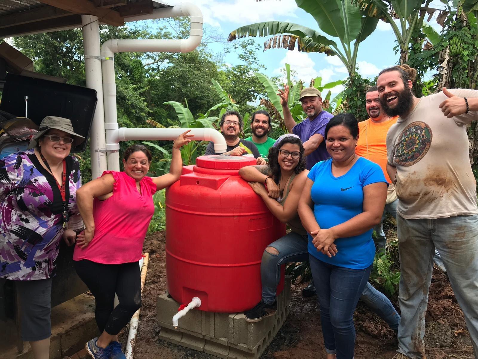 Sonrisas de satisfacción luego de instalar sistema de agua de lluvia a vecinos del Bo. Alto Sano de Las Marías.