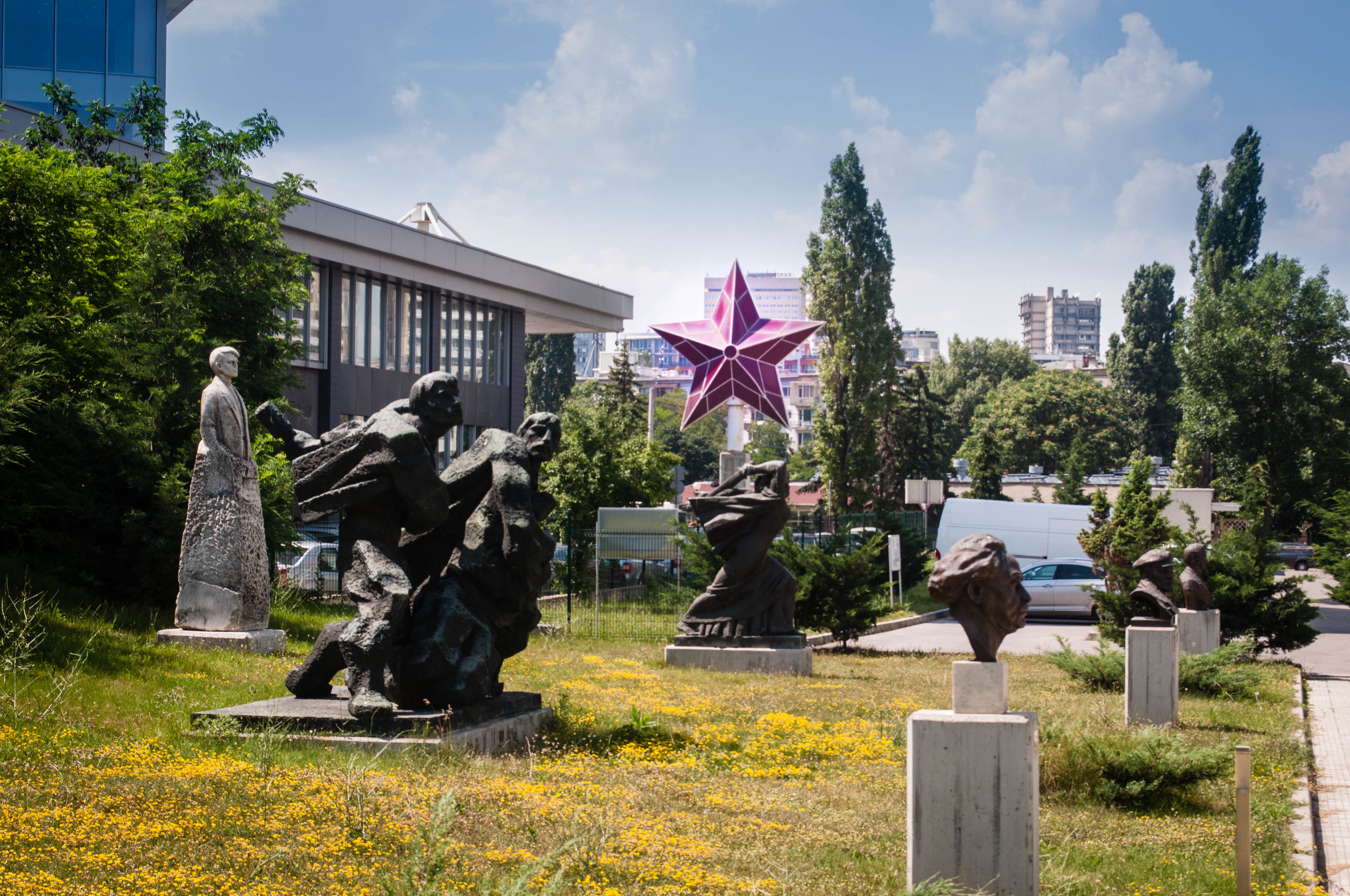 The statues and a red star from the Museum of Socialist Art is one of the must-see in a 2-day itinerary in Sofia (Bulgaria)