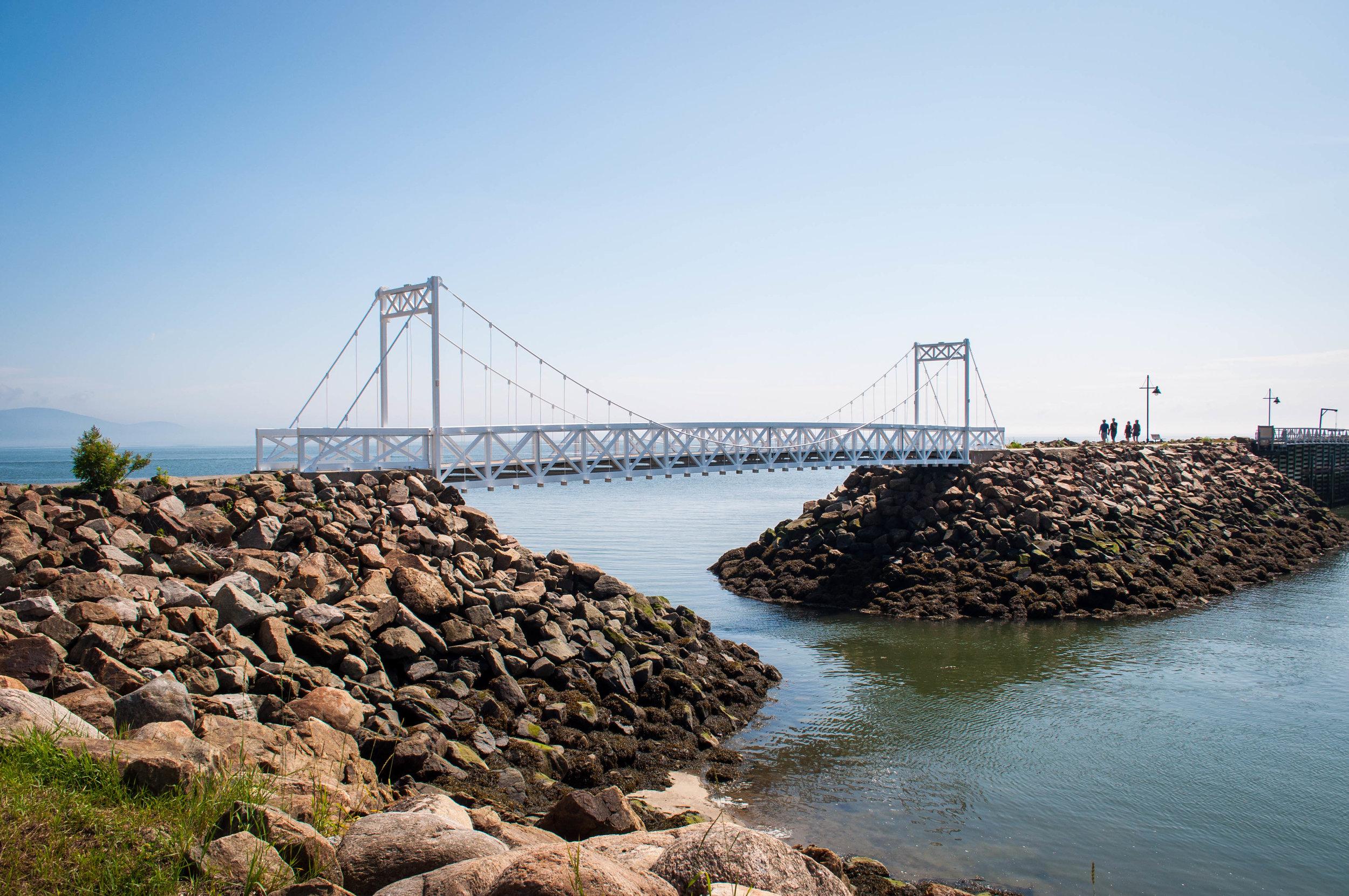 Pointe au Pic, a small white suspended bridge