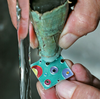 Wash well under running water with a glass-fibre brush