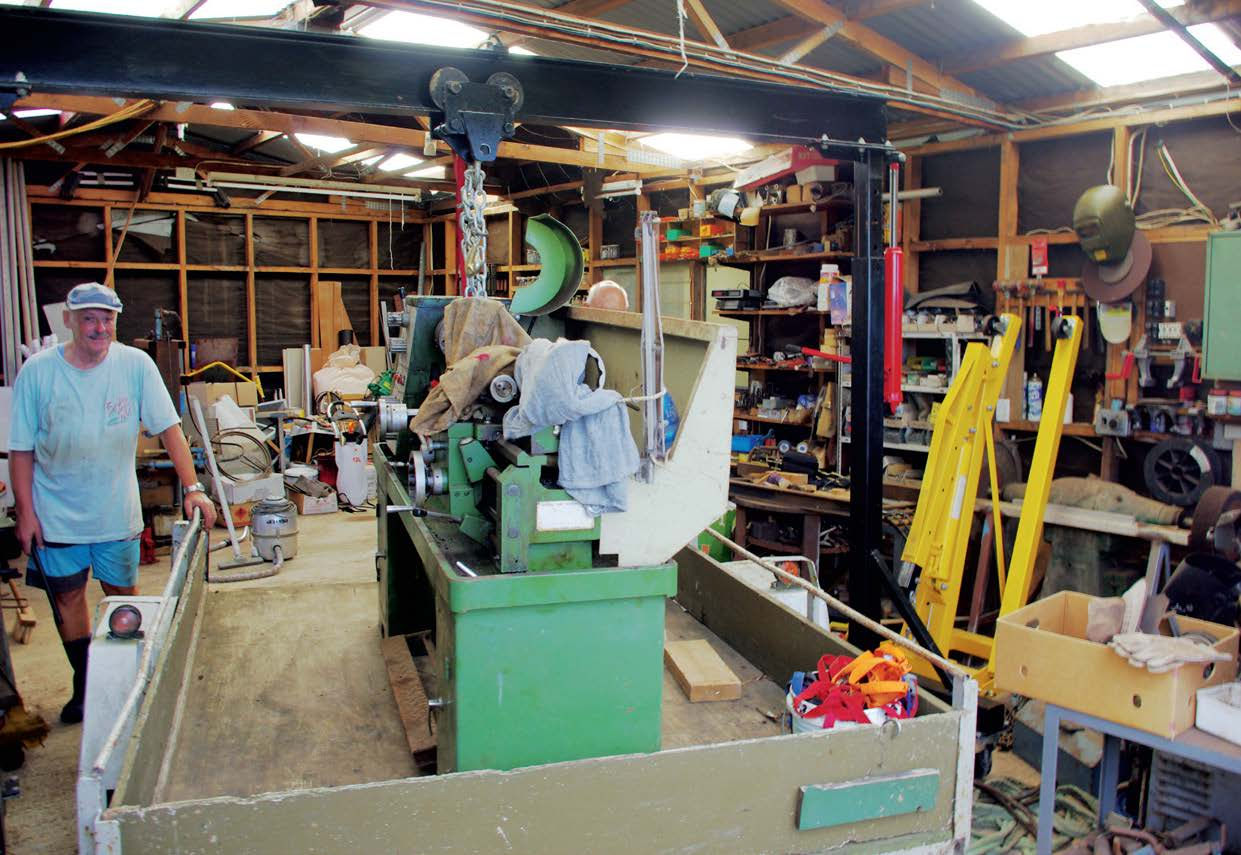 The 750 kg lathe safely in the trailer, thanks to the home-made gantry crane
