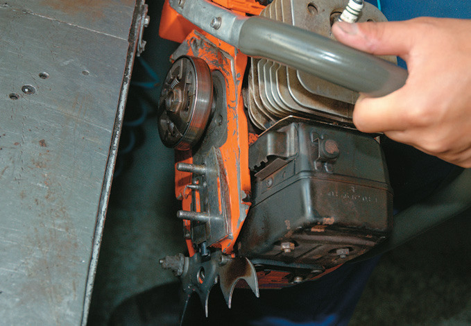 Method of checking the oil pump. Hold the machine close to the bench in case the sprocket flies off
