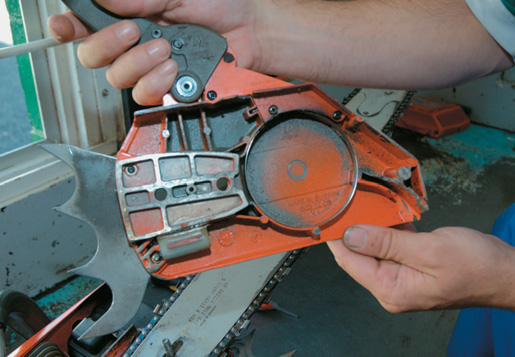 Checking the chain brake